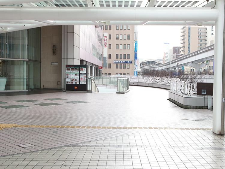 小倉駅前アイム沿いを直進し、野村証券の看板の方向にそのまま直進します。