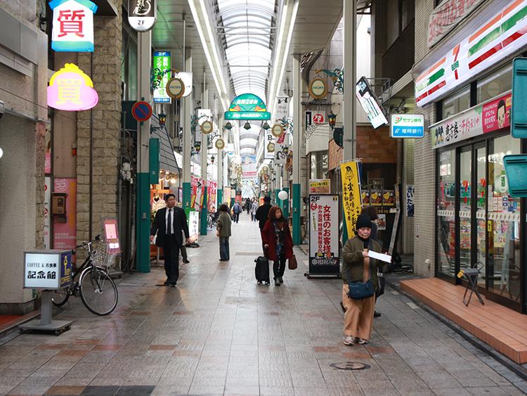 セブンイレブンを右折して商店街の中を直進します。