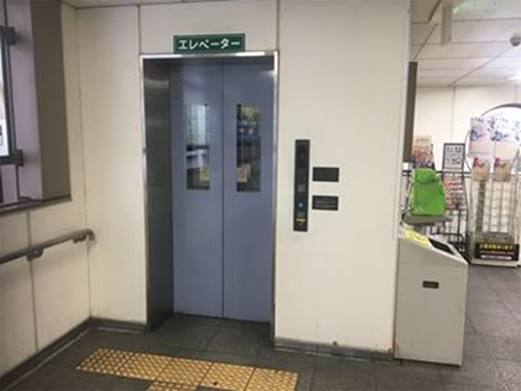 北出口の奥にエレベーターで1階に下ります。